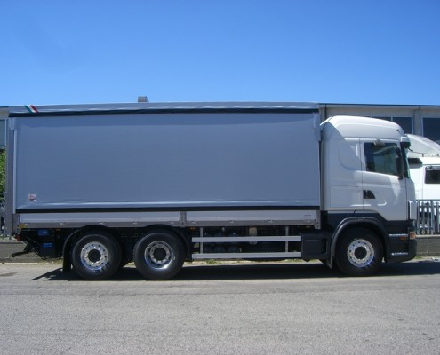 Scania - cassone inox , centine regolabile, sponda montacarichi a battuta posteriore